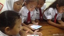 Gadget bisa bikin anak kecanduan jika digunakan tidak tepat. Namun, jika pemanfaatannya tepat, gadget bisa jadi sarana belajar anak.