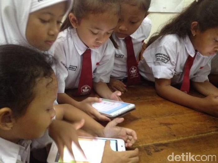 Dari gadget, anak-anak bisa belajar. Seperti yang dilakukan anak-anak kelas 3 sekolah dasar (SD), mereka belajar dengan menggunakan gadget. Ini merupakan salah satu kegiatan Satu Tahun Implementasi Program Anak Cerdas PJI & HSBC di SDN 12 Bendungan Hilir, Jl Taman Bendungan Jatihilir, Tanah Abang, Jakarta Pusat, Selasa (29/11/2016).