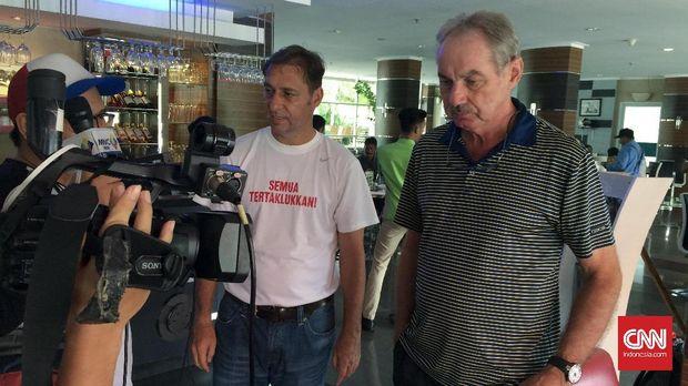 Wolfgang Pikal (kiri) pernah menjadi asisten pelatih Timnas Indonesia membantu Alfred Riedl. (