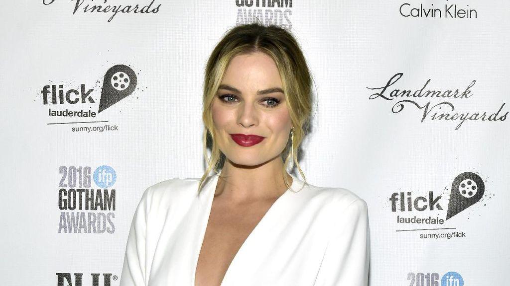 Menikah, Margot Robbie Pakai Gaun Pengantin Bekas Ibu