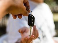 4. Mengunci Rumah dengan Kunci Mobil
