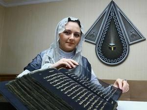 Wanita Ini Tulis Ulang Al Quran dengan Tinta Emas Selama 3 Tahun