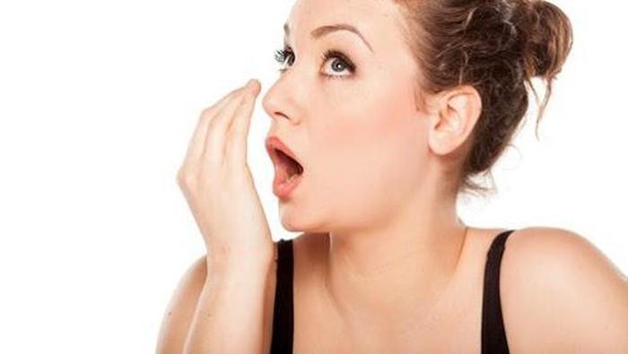 Bau napas antara lain disebabkan oleh kebersihan mulut yang kurang terjaga (Foto: Getty Images)