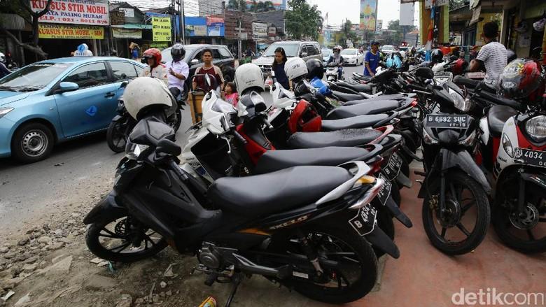 Parkir Liar Rebut Hak Pejalan Kaki di Jalan Dewi Sartika