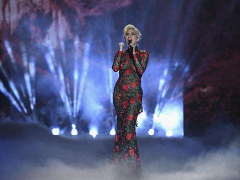 Kontras, Lady Gaga Malah Tampil Tertutup di Victoria's Secret Fashion Show