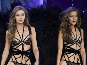 Gigi Hadid Tetap Percaya Diri Saat Tali Busana Lepas di Show Victorias Secret