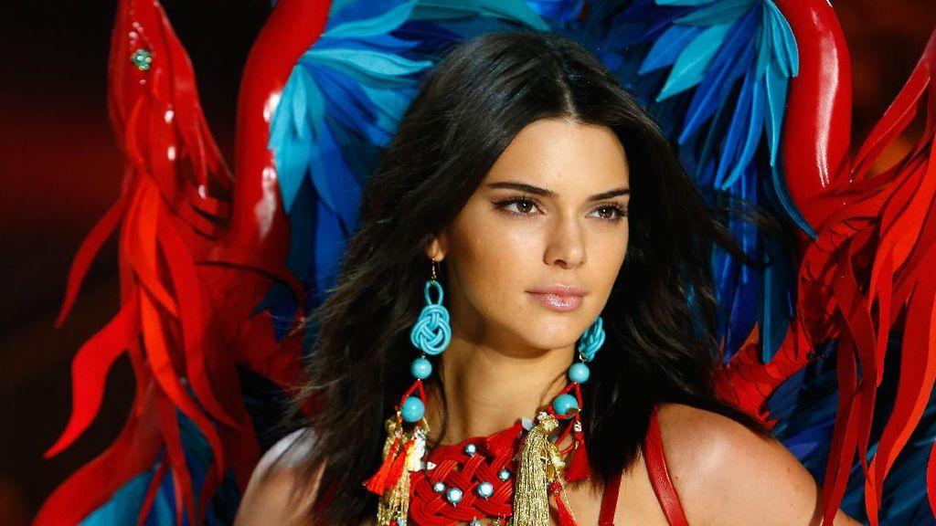 Kanye West Sakit, Klan Kardashian Tak Nonton Kendall Jenner di Victorias Secret?