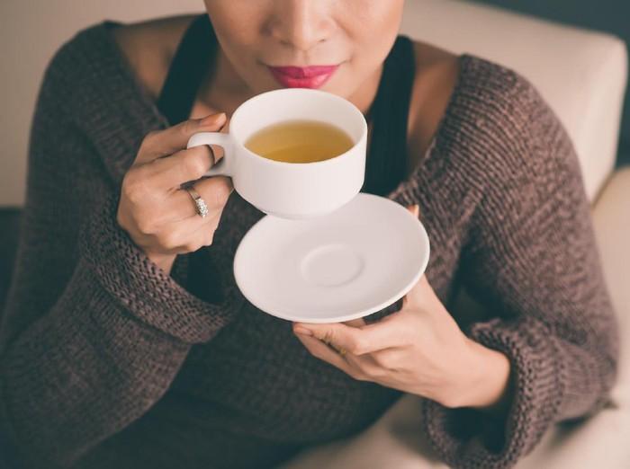 Ilustrasi wanita minum teh usai makan/Foto: thinkstock