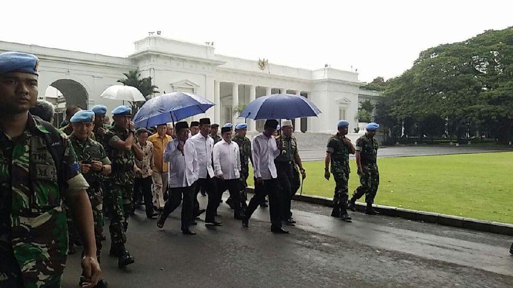 Jokowi Effect! Payung Biru yang Dipakai Jokowi Mulai Dijual di Internet