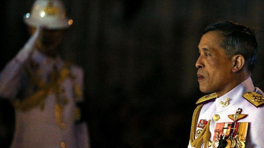 Raja-Ratu Thailand Temui Pendukung Pro Monarki di Jalanan Bangkok
