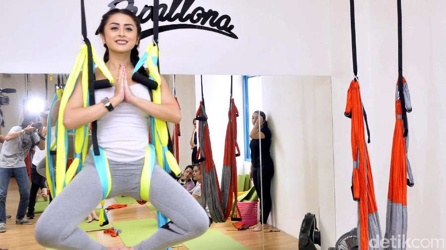 Seksinya Selvi Kitty Lakukan Yoga Swing