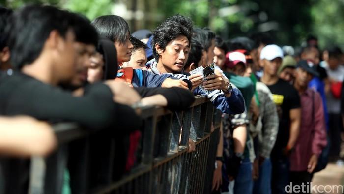 Calon penonton laga leg pertama semifinal Piala AFF 2016 antara Timnas Indonesia kontra Vietnam mengantre untuk membeli tiket di loket Stadion Utama Gelora Bung Karno (SUGBK), Jumat (02/12/2016) pagi.
