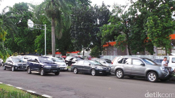 Mobil parkir di jalanan di sekitar Stadion Pakansari