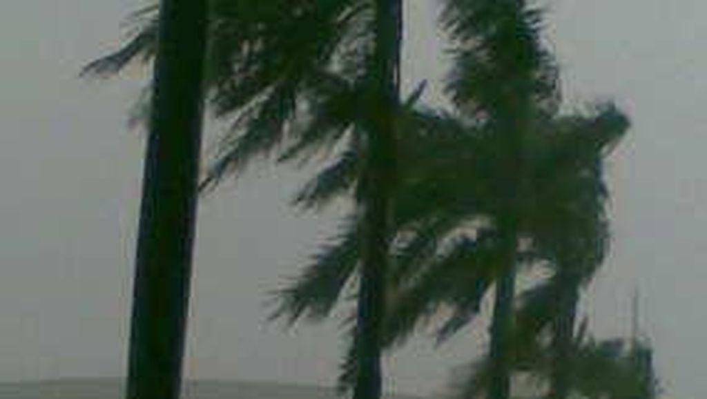 99 Rumah di Bandung Rusak Diterjang Hujan Disertai Angin Kencang
