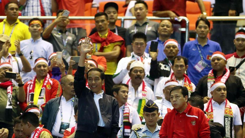 Dipakai Nonton Bola, Jaket Jokowi Kembali Diburu Netizen