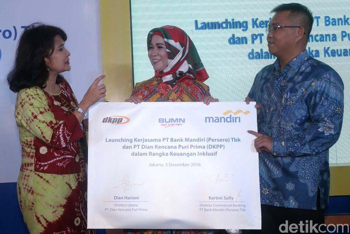 (Ki-ka) Direktur Commercial Banking Bank Mandiri Kartini Sally, Direktur Utama DKPP Dian Hariani dan Direktur Digital Banking & Technology Bank Mandiri Rico Usthavia Frans tengah menandatangani perjanjian kerjasama dalam rangka penguatan layanan keuangan inklusif di Jakarta, Senin (5/12/2016).
