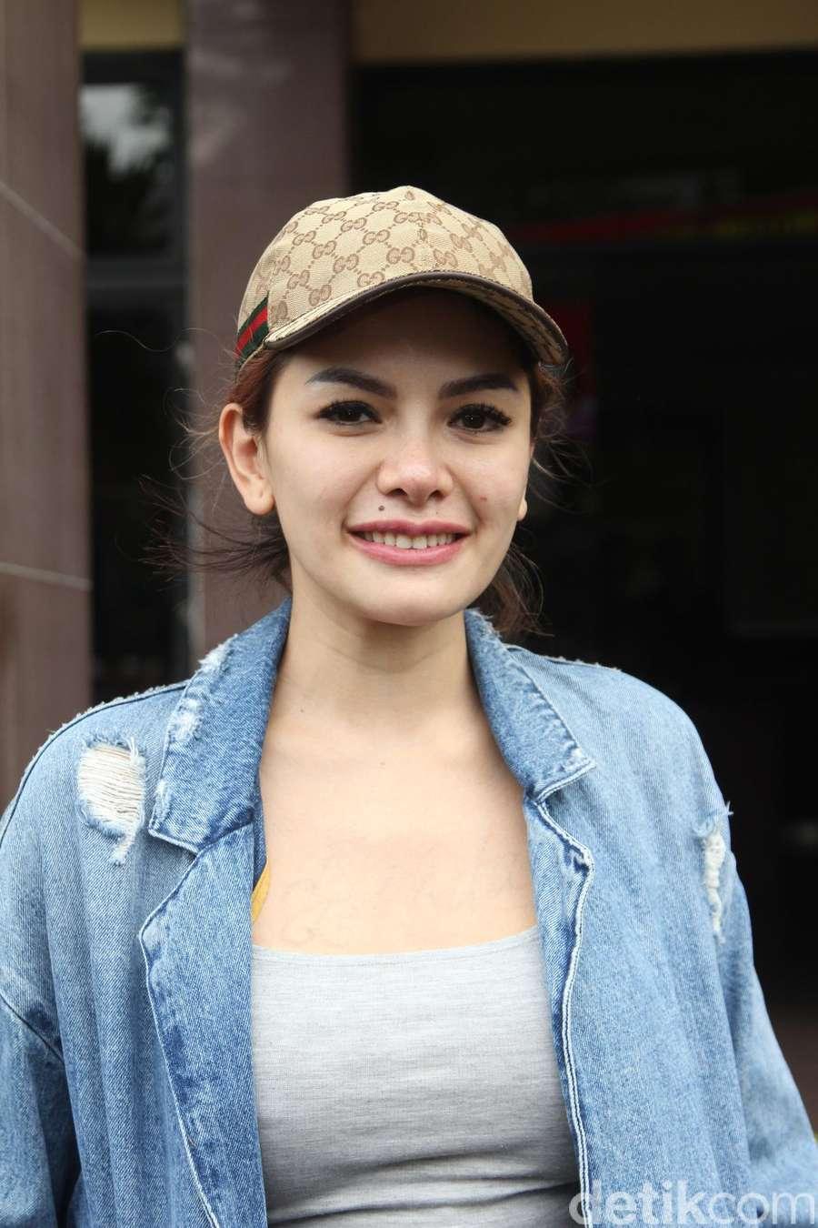 Jenguk Julia Perez, Zaskia Gotik Kok Bergaya Seperti Nikita Mirzani?