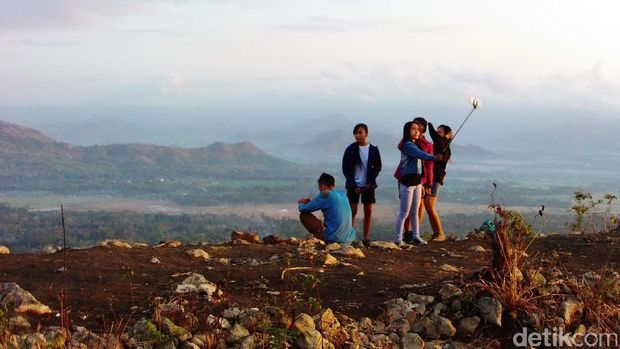 Wisatawan berfoto di Bukit Banyon (Adhar/detikTravel)