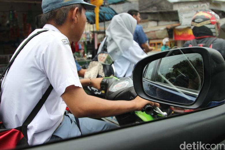 Ilustrasi anak sekolah naik motor tanpa SIM. Foto: Dadan Kuswaraharja