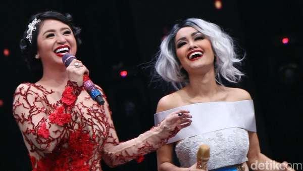 Ciee..Dewi Persik dan Julia Perez Pegangan Tangan Terus