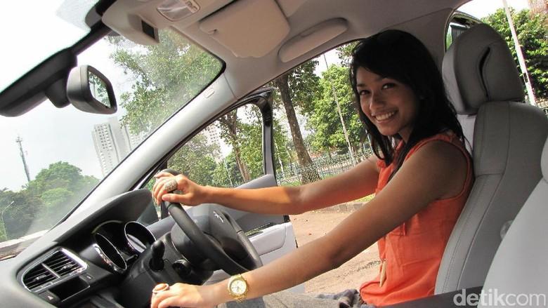 Menyetir diperagakan model (Foto: dok detikOto)