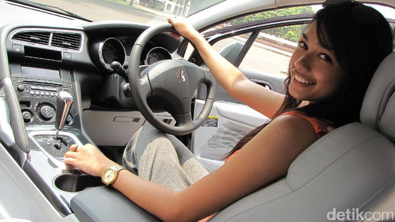 Model Faradina di balik setir Peugeot 3008