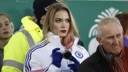 Apa yang Dilakukan Wanita Cantik Berjaket Chelsea Ini di Laga Manchester United?