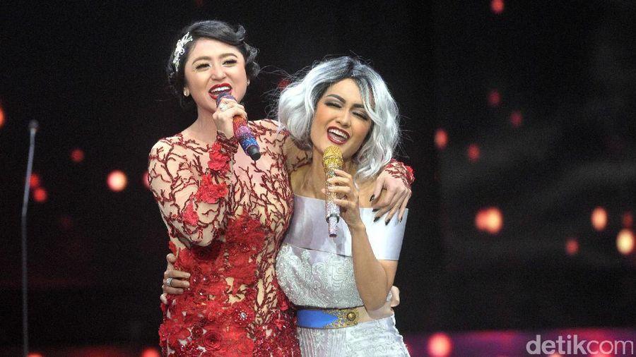 Hubungan pertemanan Julia Perez dan Dewi Persik sempat retak gara-gara kasus cakar-cakaran. Kini, keduanya nampak akrab lagi