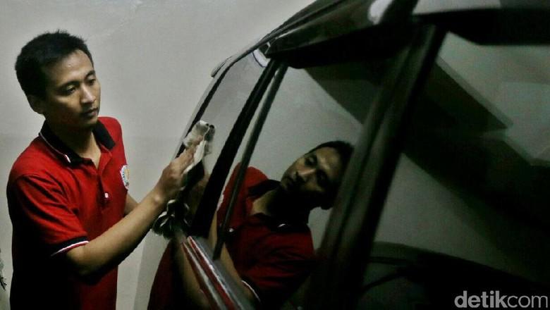 Petugas Rumah Penyimpanan Benda Sitaan Negara (Rupbasan) Jakarta Selatan merawat kendaraan sitaan KPK di Gedung Sentra Mulia Jakarta, Selasa (6/12/2016). Perawatan 57 kendaraan sitaan KPK itu untuk menjaga nilai barang agar tidak turun saat menjadi barang rampasan dan masuk proses lelang.