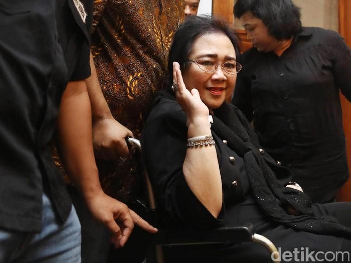 Rachmawati Tolak Dugaan Makar  Aktivis yang juga tersangka dugaan makar pada 2 Desember lalu, Rachmawati Sukarnoputri di dampingi pengacaranya Yusril Izha Mahendra melakukan jumpa pers di kediamannya, Jakarta, Rabu (07/12/2016). Rachmawati menolak dugaan makar yang disangkakan kepada dirinya oleh pihak Kepolisian terkait pada aksi damai 2 Desember 2016 lalu. Grandyos Zafna/detikcom