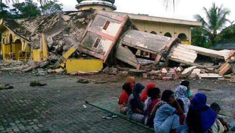 Alat Berat Bergerak di Pidie Jaya, Korban Gempa Aceh Dilarikan ke RS