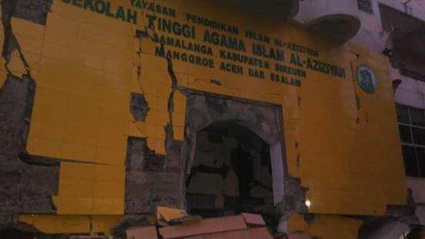 Ada juga bangunan sekolah yang rusak.