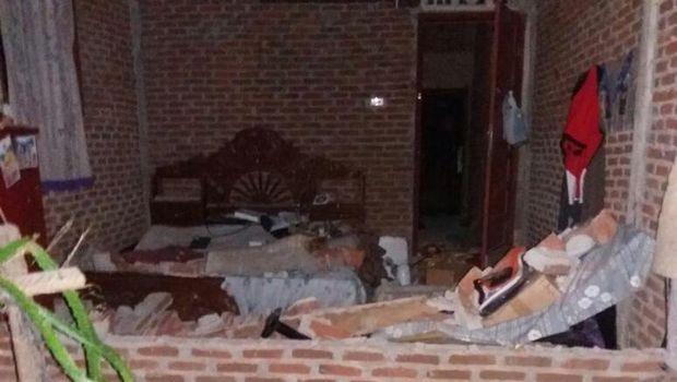 Rumah warga yang rusak akibat gempa bumi.