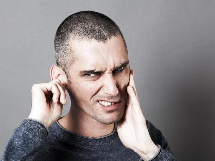 Kalau kotoran telinga sudah keras maka perlu dilunakkan terlebih dahulu. (Foto: Thinkstock)