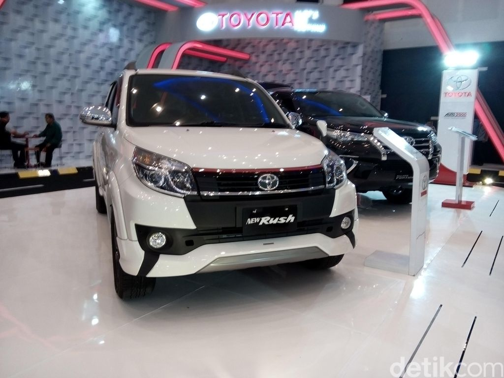 Menjelang pergantian baru, diler mobil perang promo pembelian mobil. Mereka menawarkan berbagai promo menarik untuk menarik pengunjung.