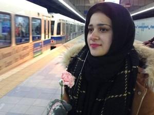 Sweet, Wanita Berhijab Diberi Bunga Saat Menunggu Kereta di Stasiun Kanada