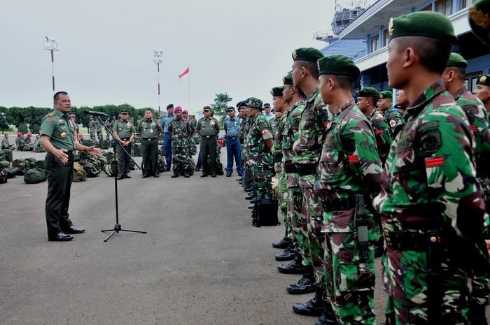 Panglima TNI saat memberi pengarahan ke Satgas Kesehatan. Foto: Dok. Puspen TNI