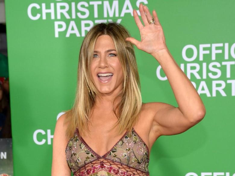 Jennifer Aniston ambil lampu neon. Foto: Matt Winkelmeyer/Getty Images