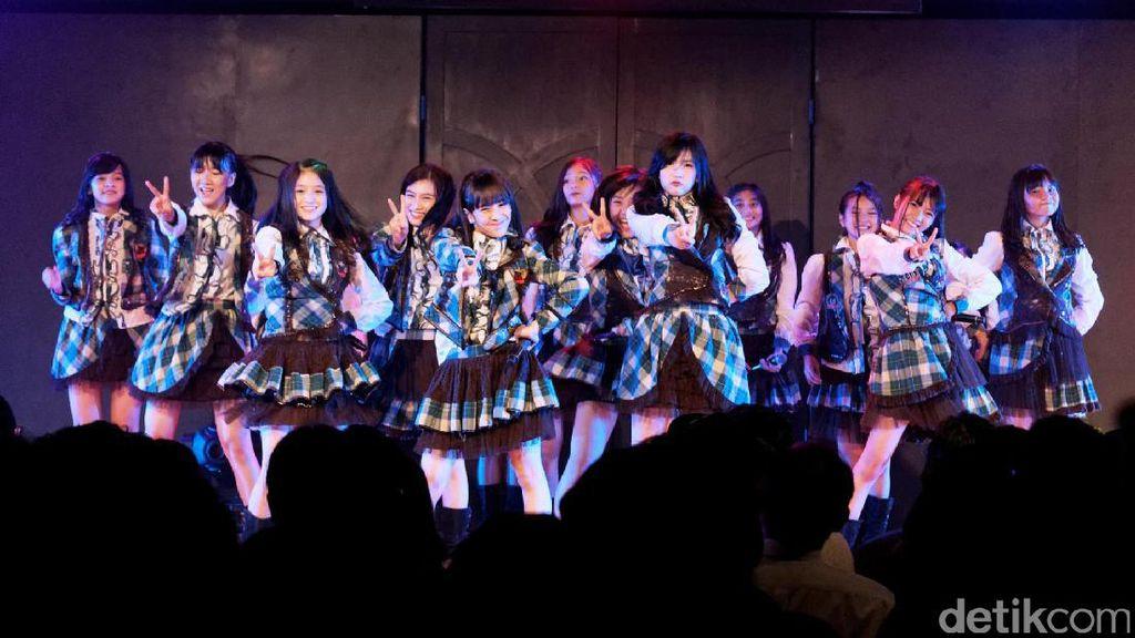 Haruka, Melody dan Member JKT48 Tiba di Rumah Duka Inao Jiro