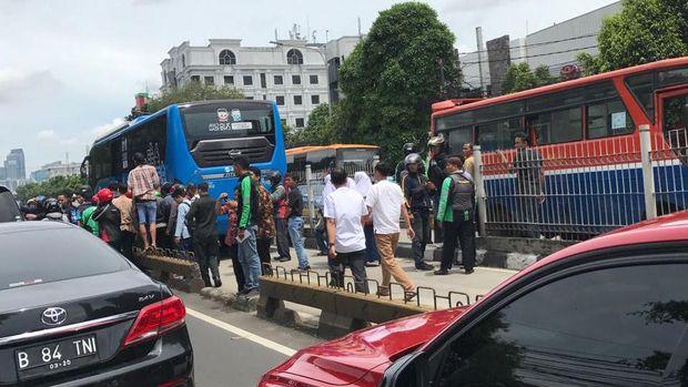 Pejalan Kaki Terlindas TransJ di Busway Duren Tiga Jaksel