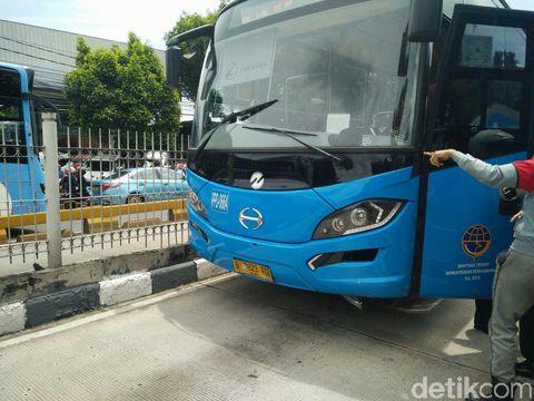 Bus Transjakarta menabrak pejalan kaki di Mampang, Jaksel, Jumat (9/12/2016)