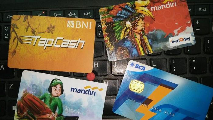 Sejumlah Gen Z merasa dilema dalam menggunakan kartu elektronik seperti TapCash, e-money, sampai Flazz. Foto: Dewi Rachmat Kusuma
