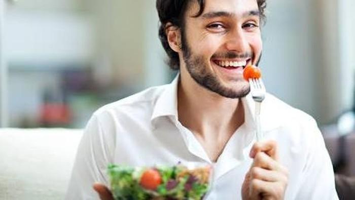 Ilustrasi pria mengonsumsi makanan bernutrisi untuk tingkatkan kualitas sperma. Foto: iStock