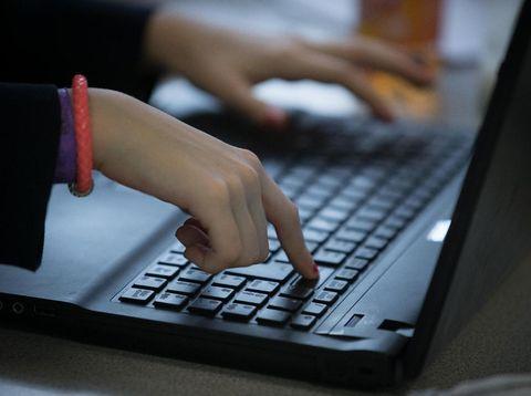 Laptop Sering Lemot? Bisa Jadi Gara-gara Kulit Mati Kamu yang Rontok
