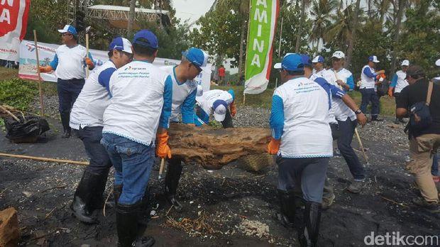 Kegiatan di Pantai Watu Dodol dalam rangka HUT Pertamina ke-59
