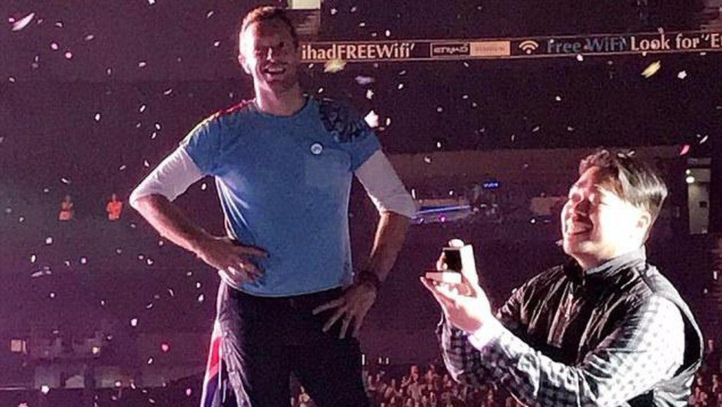 Momen Lamaran di Konser Coldplay Jadi Viral di Medsos