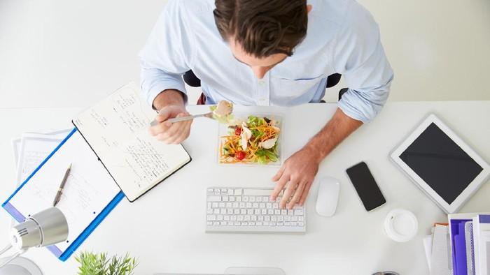 ilustrasi makan siang di kantor