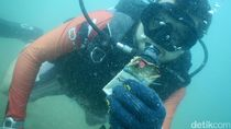 Penyelam Bersih-bersih Sampah di Dasar Laut Labuan Bajo