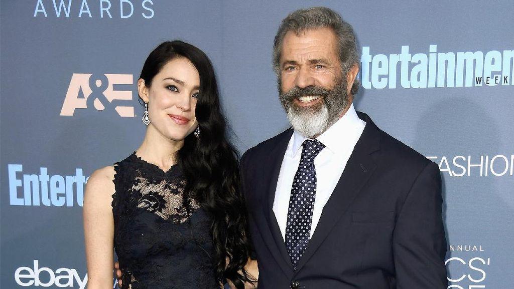 Foto: Kemesraan Mel Gibson dengan Kekasih yang Usianya 34 Tahun Labih Muda