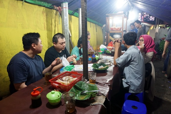 Warung sate Padang Mak Adjat ada di kawasan Gunung Sahari Raya. Lokasinya persis di perempatan lampu merah dengan area bersantap sederhana.